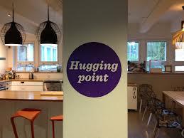 Punto de abrazos en la cafetería de Aalto Design Factory