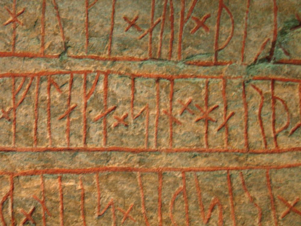 Los vikingos escribían empleando el alfabeto rúnico.